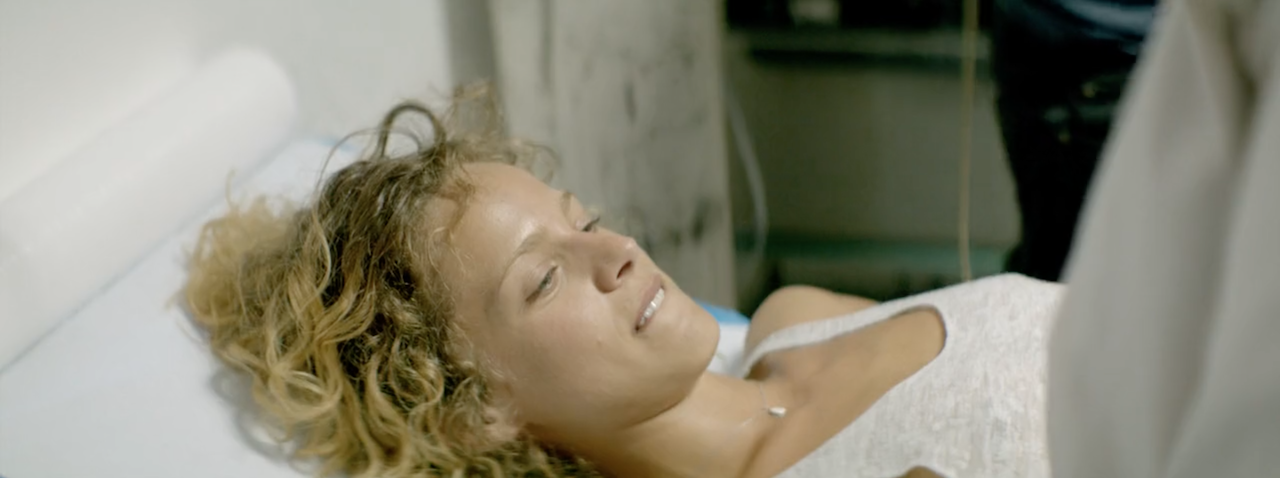 Η Άννα ξαπλωμένη στο εξεταστήριο του ιατρείου.