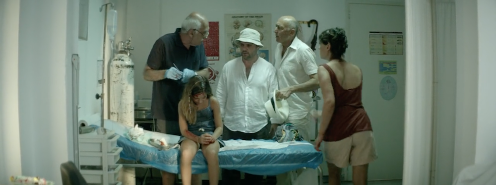 Ο Κωστής μπαίνει στο ιατρείο και βλέπει έναν άλλο ιατρό να κάνει ράμματα σε ένα κοριτσάκι.