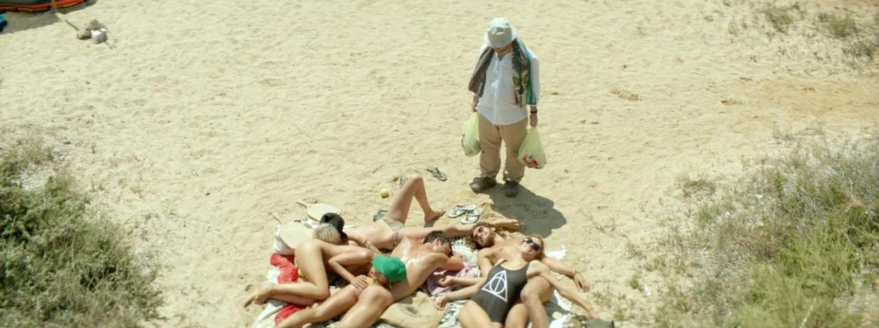 Ο Κωστής φέρνει μπύρες στην παραλία, αλλά οι άλλοι κάνουν ότι κοιμούνται.