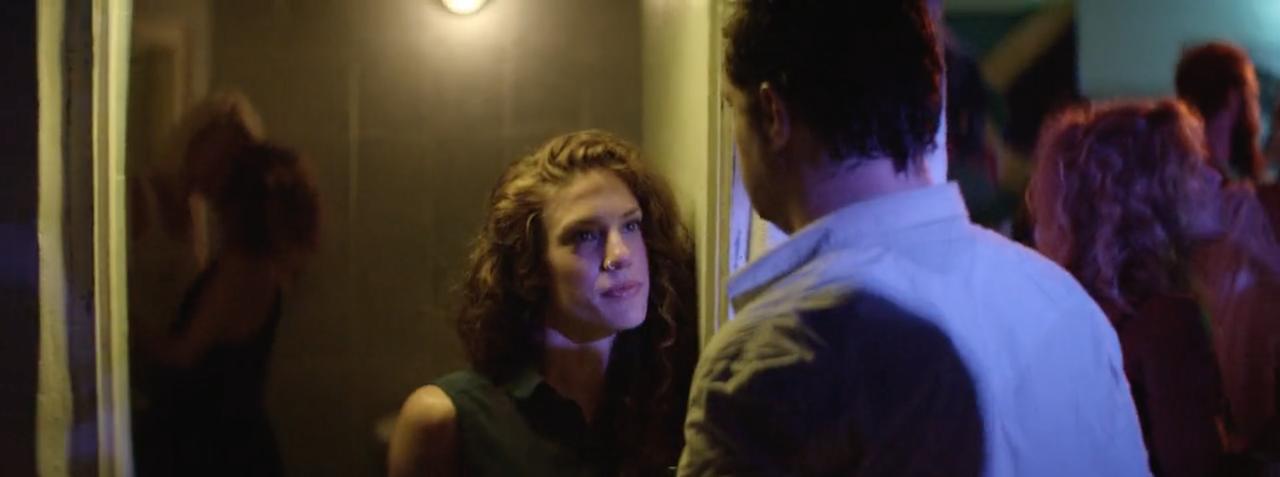 Ο Κωστής ανακαλύπτει την Άννα να φιλιέται με την Ξανθιά.