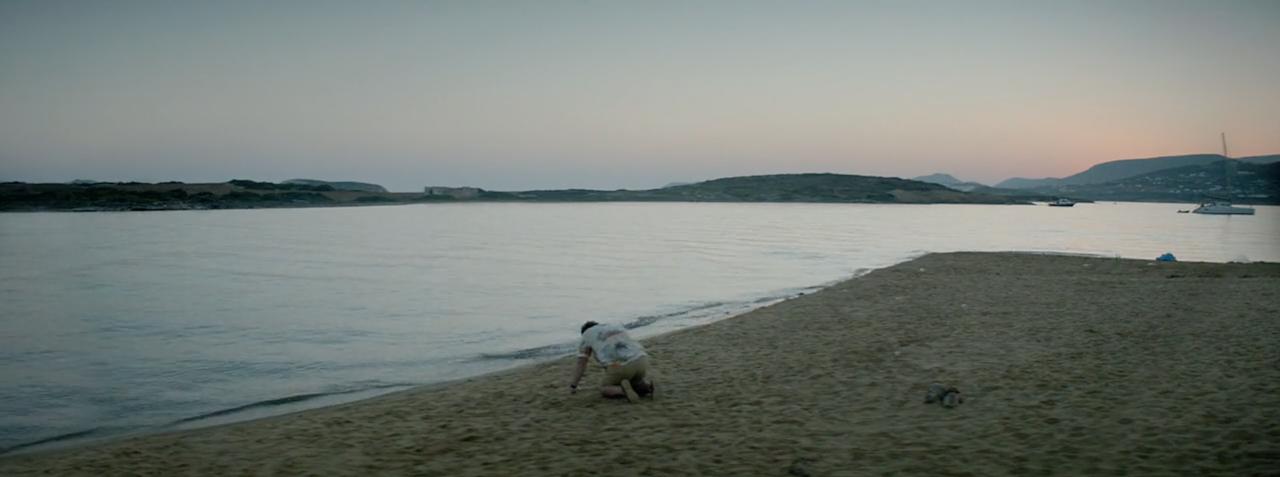 Ο Κωστής ξημερώνει στην παραλία, απελπισμένος.