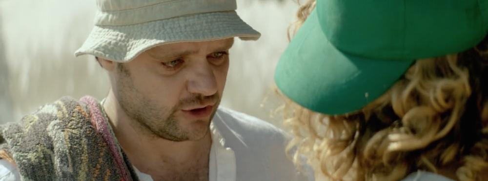 Ο Κωστής συγκινείται καθώς μιλά για το παρελθόν του στην Άννα.