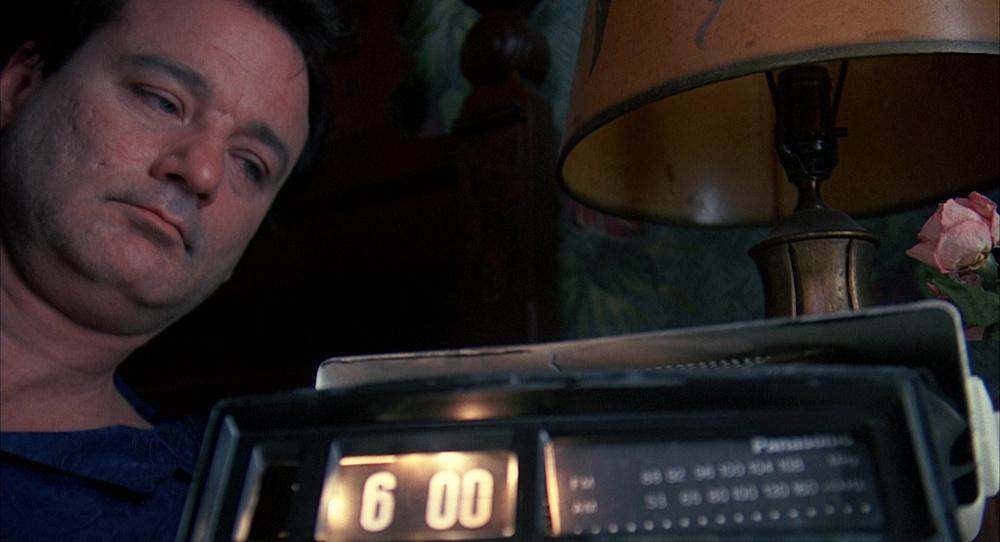 Ο πρωταγωνιστής της Μέρας της Μαρμότας κατά ένα από τα πολλαπλά ξυπνήματά του.