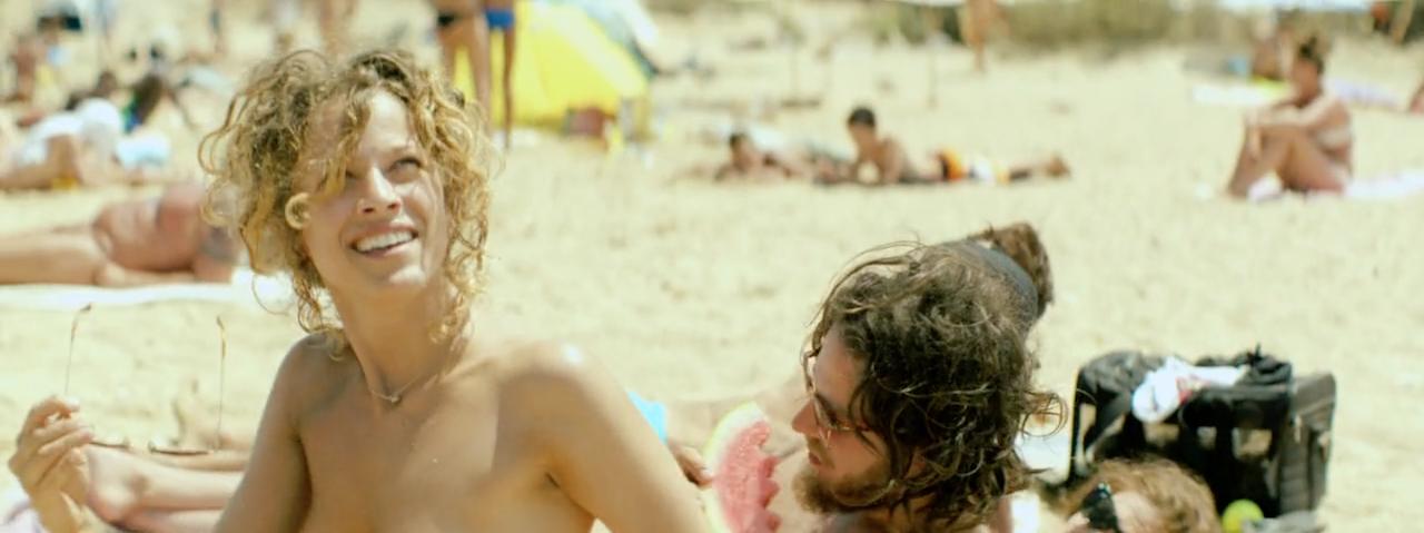 Η Άννα και οι φίλοι της στην παραλία των γυμνιστών.