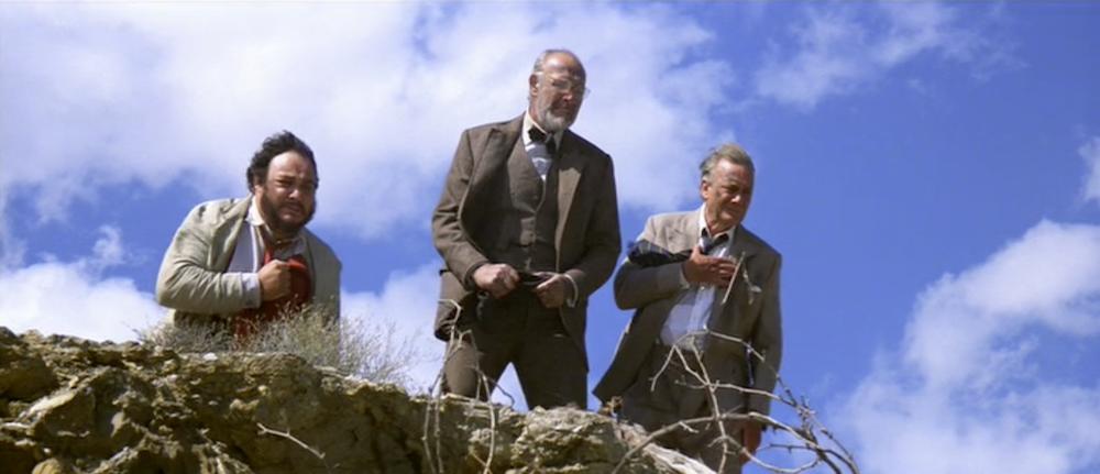 Ο Χένρυ κοιτάζει τον γκρεμό, όπου νομίζει ότι έχει πέσει ο γιος του.