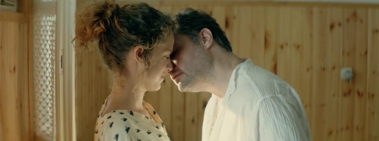 Ο Κωστής αποπειράται να φιλήσει την Άννα.