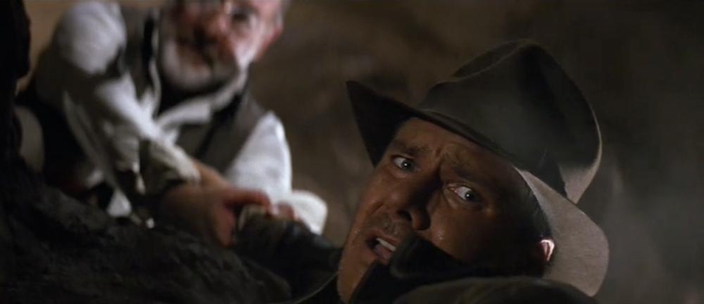 Ο Χένρυ κρατά τον Ίντυ, καθώς εκείνος τεντώνεται να πιάσει το Δισκοπότηρο.
