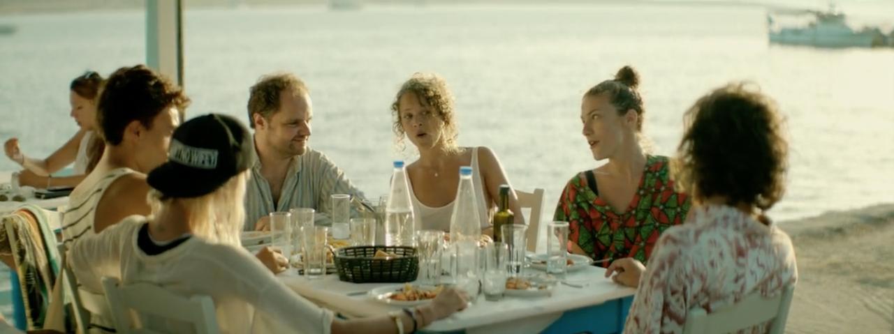 Ο Κωστής τρώει με την Άννα και την παρέα της.