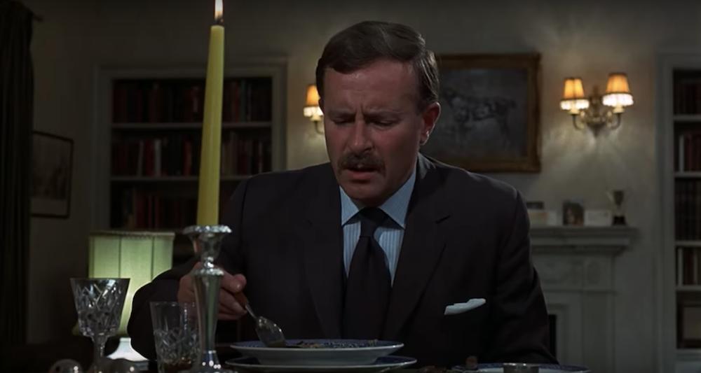 Κοντινό πλάνο του αστυνόμου που αδυνατεί να φάει τη σούπα της γυναίκας του.