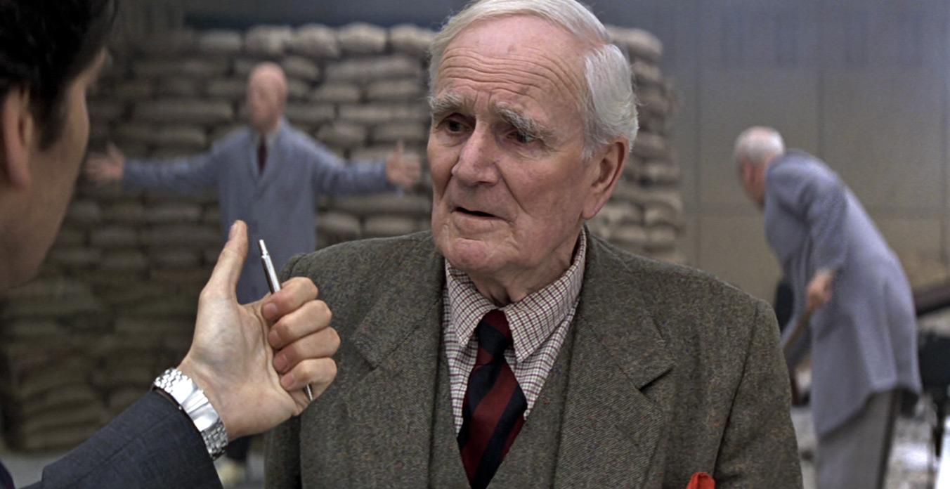 Ο Κιου ενημερώνει τον Τζέιμς Μποντ για τα νέα γκατζετάκια που θα έχει στη διάθεσή του.