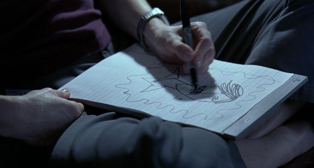 Η Κλαρίς ζωγραφίζει τον Ιταλό αστυνομικό.
